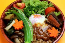 温泉卵と鶏そぼろの彩り丼 1,250円